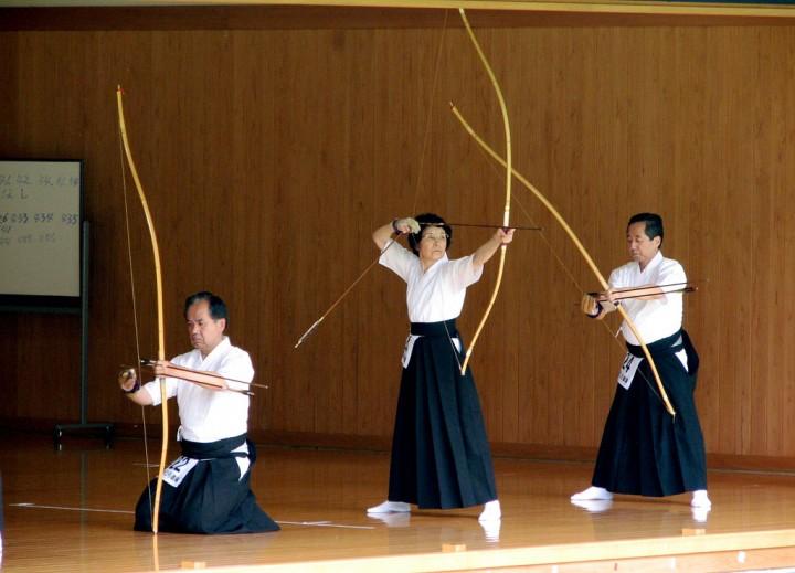 Foto: Kyudo übende ältere Menschen (IMG_9268 von ThisParticularGreg CC 2.0)