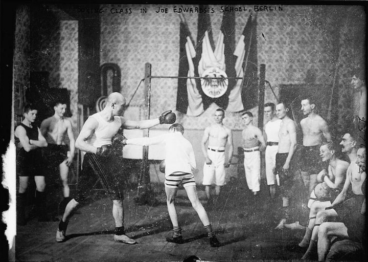 Boxunterricht im Jahre 1920 – Kampfkunstlehrer in einer deutschen Boxschule
