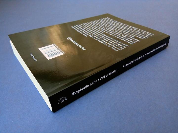 Buchrücken und Rückseite des Kurshandbuches