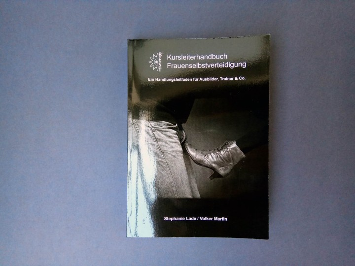 Cover Kurshandbuch-frauenselbstverteidigung für Ausbilder, Trainer & Co