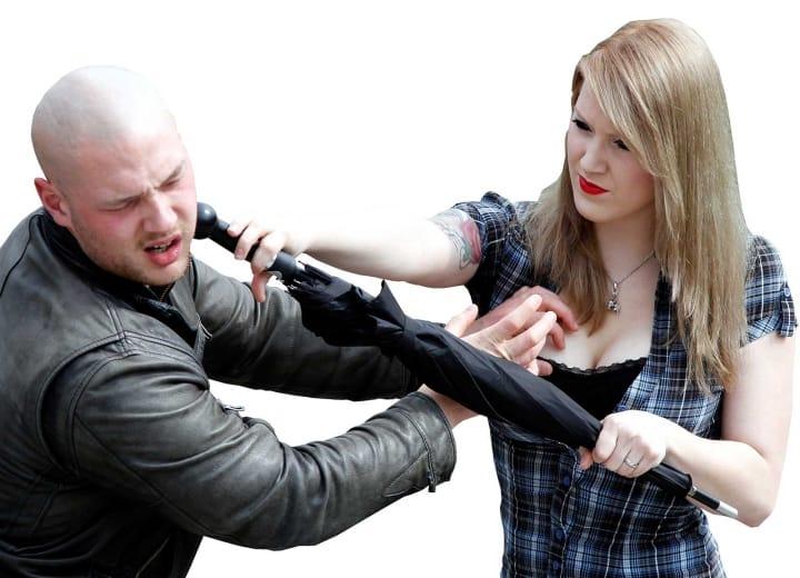 Frau wehrt Angreifer mit einem Selbstverteidigungsschirm ab
