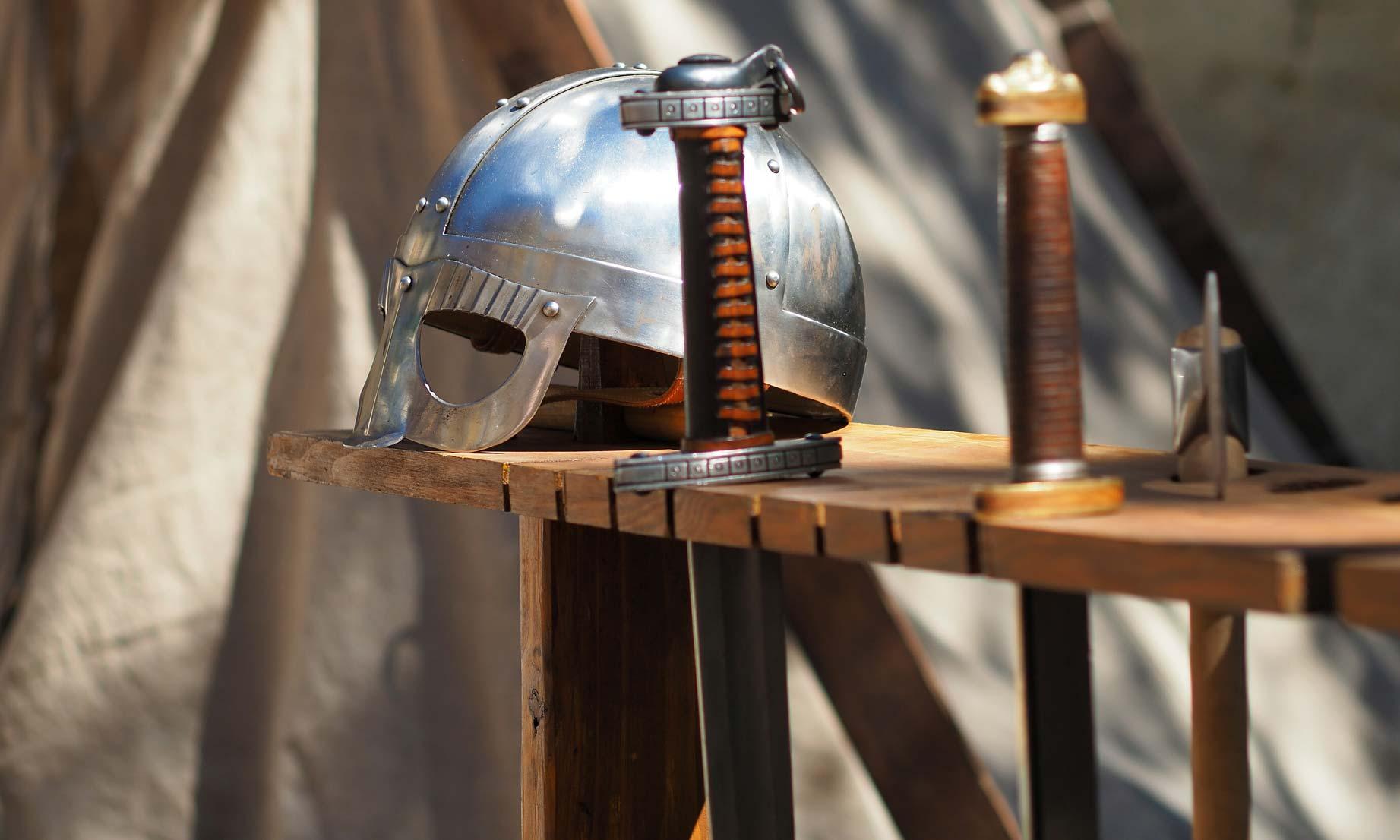 Historische Waffen: Schwerter und Helm
