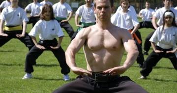 Kampfkünstler Martin Sewer Training im Freien