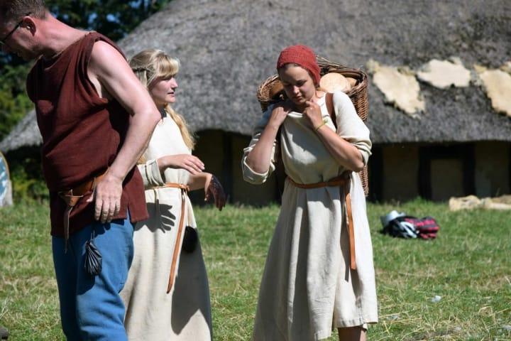 Wikinger Frauen mitBrot im Gepäck