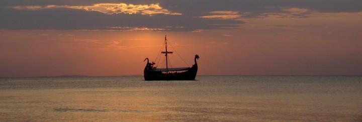Wikinger Kriegerschiff mit Sonnenuntergang